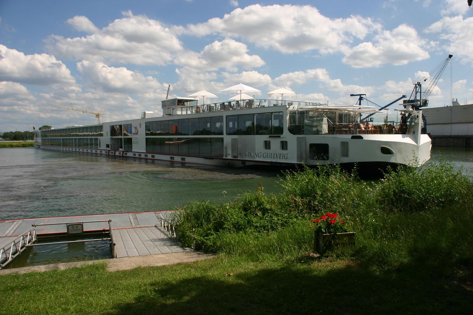 """Kreuzfahrtschiff """"Viking Gullveig"""" beim Wenden auf dem Main-Donau-Kanal in Erlangen (Foto: Rolf Baßler)"""
