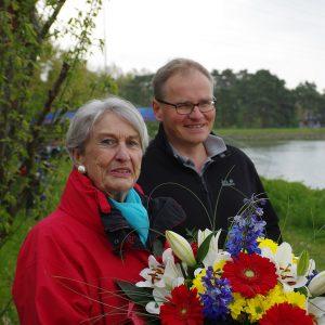 EWF-Vorsitzender Volker Wunderlich gratuliert Ilse Ludwig (Foto: Arne Borsum)