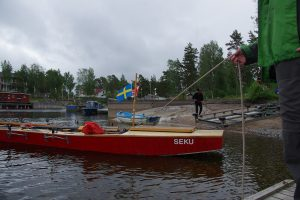 "Umsetzen der Barke ""SEKU"" in Lennartsfors (Foto: Arne Borsum)"