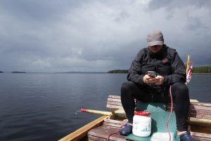 Regenradar checken auf dem Foxen (Foto: Arne Borsum)