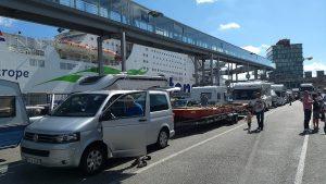 EWF-Barke Warten auf die Fähre in Kiel (Foto: Arne Borsum)