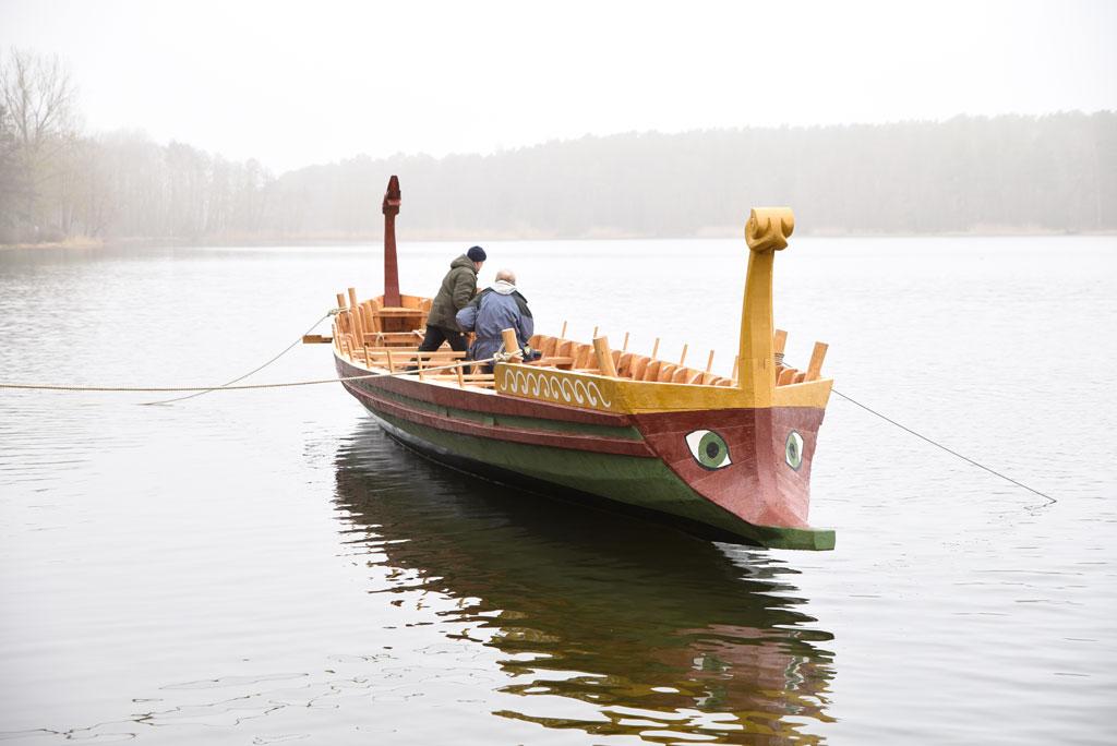 Die FAN, das Römerboot der FAU, auf dem Dechsendorfer Weiher. (Bild: FAU/Boris Mijat)