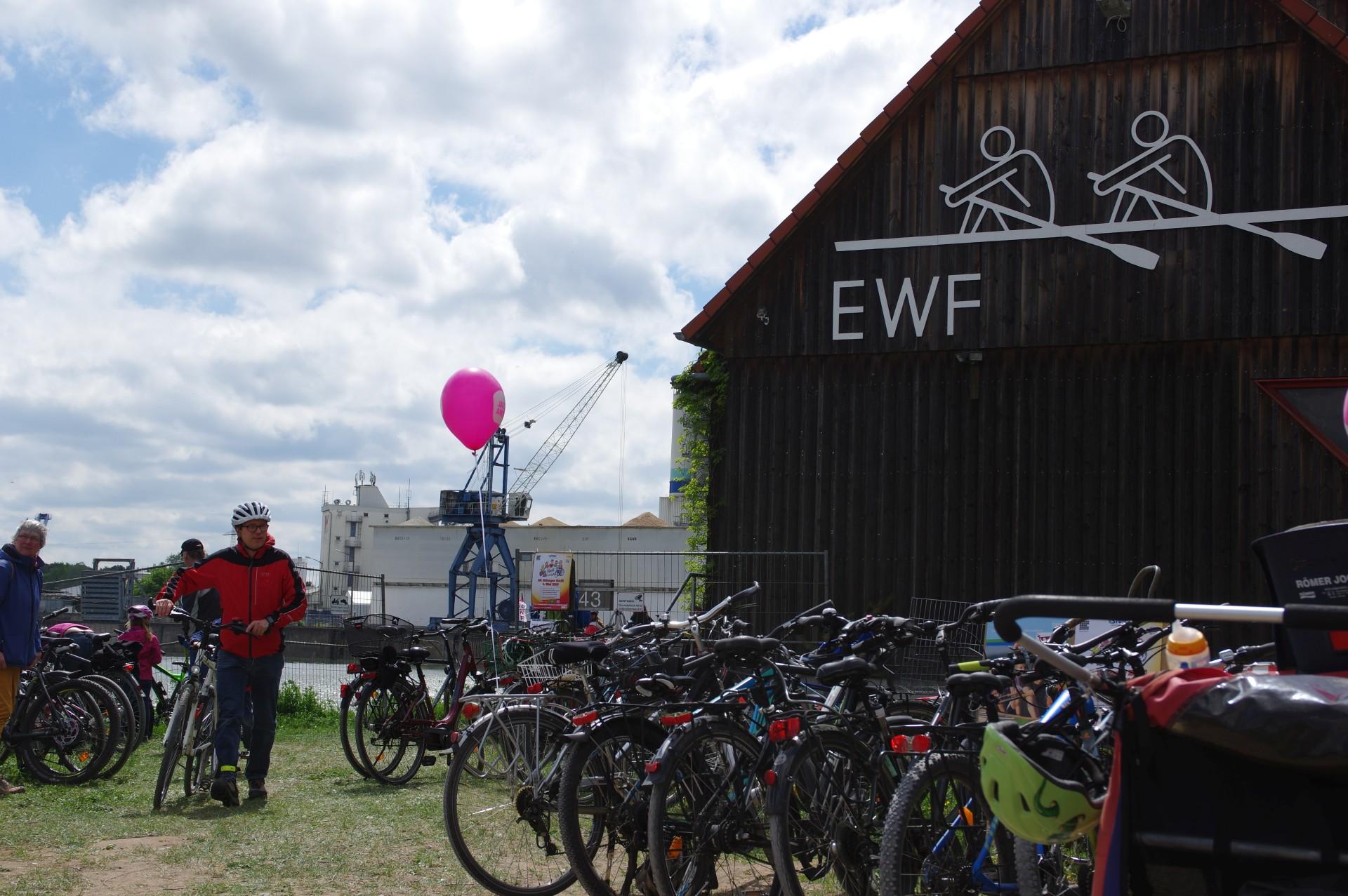 Fahrradparkplatz vor dem Bootshaus (Foto: Arne Borsum)