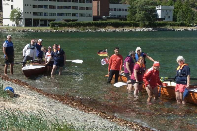 Gruppenbild an den Booten beim Mannschaftswechsel
