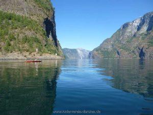 Der helle Flanke hinten liegt an der Einmündung des Nærøyfjords und ist von hier wenigstens 9 Km entfernt