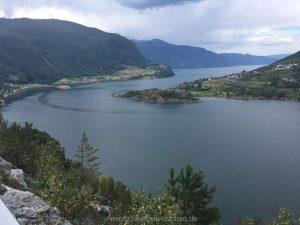 Blick über den Ort Nornes am Ausgang des Sogndalsfjords