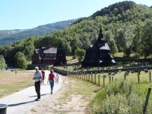 Bei Borgund besuchen wir eine…