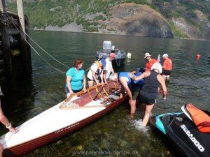 In Undredal wieder gemein- schaftliches Rödeln an den Booten