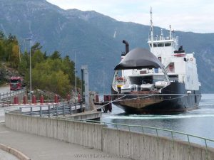 Die Fähre bringt uns über den Fjord