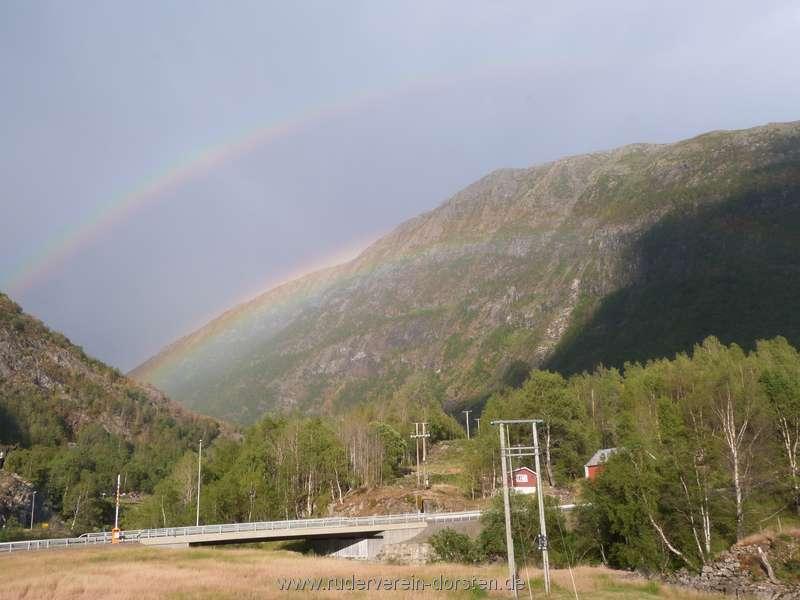 Fahrt vorbei, tatsächlich ein wenig Regen draußen – und mit Regenbogen! Der Wettergott war unser Freund ?