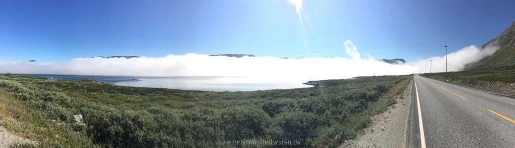 ie Zuckerwatte schwebt die Wolkendecke über dem See