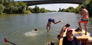Spaß beim Baden von der Barke aus