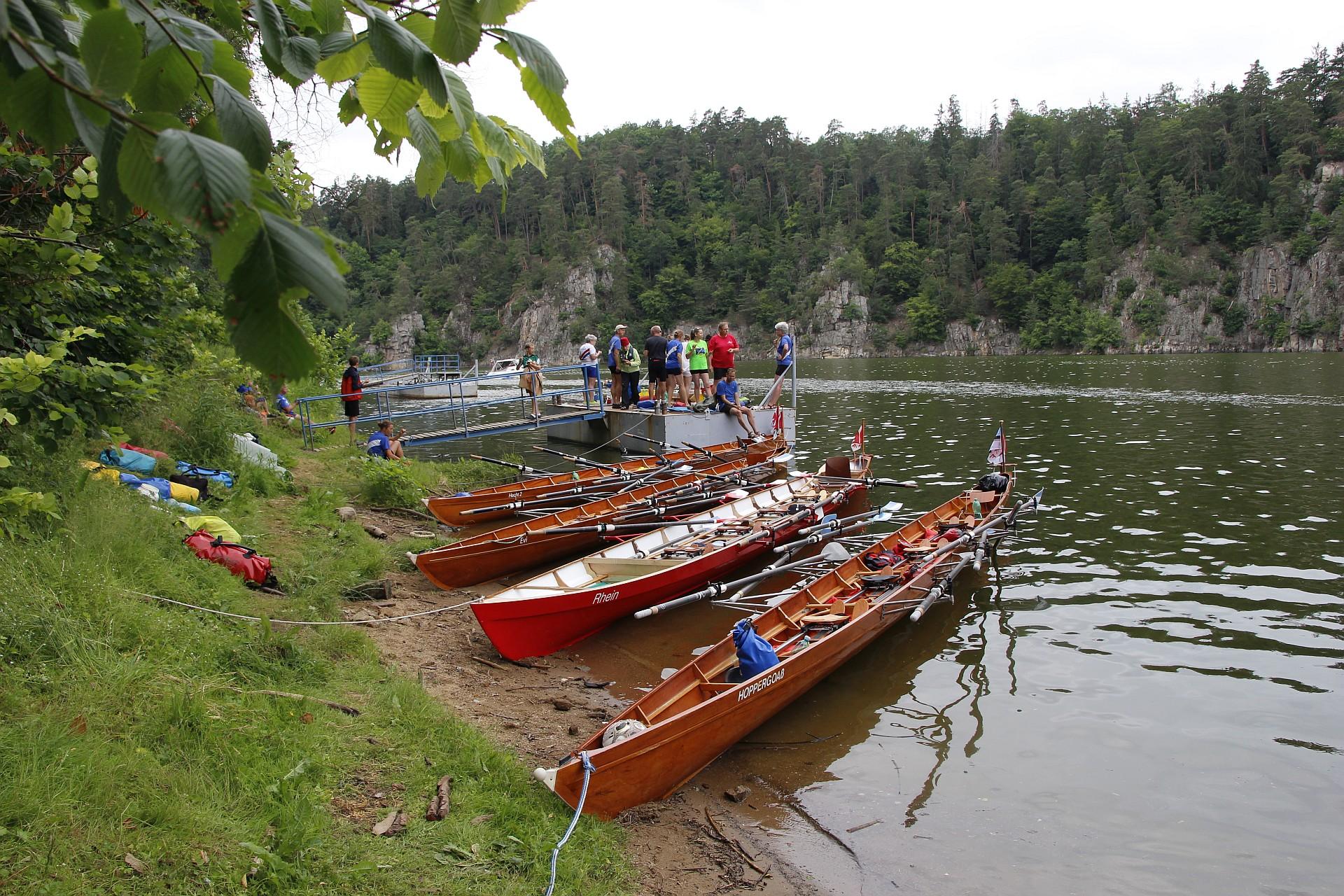 Mehrere Ruderboote liegen am Ufer.