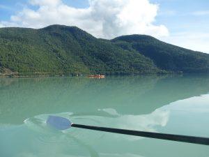 Ruderriemen im Wasser bei Windstille am Gaupnefjord
