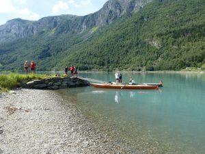 Ruderboot im Wasser am Ufer