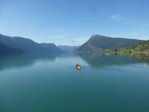 Ruderboot auf eine Fjord