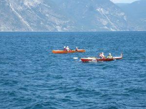 Ruderboote bei Wellen im Fjord