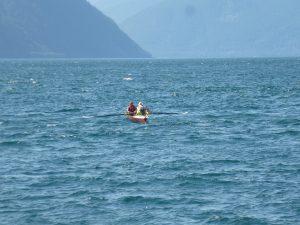 Ruderboot bei Wellen im Fjord