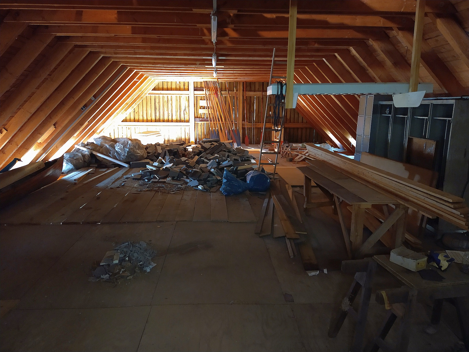 halb aufgeräumter Dachboden