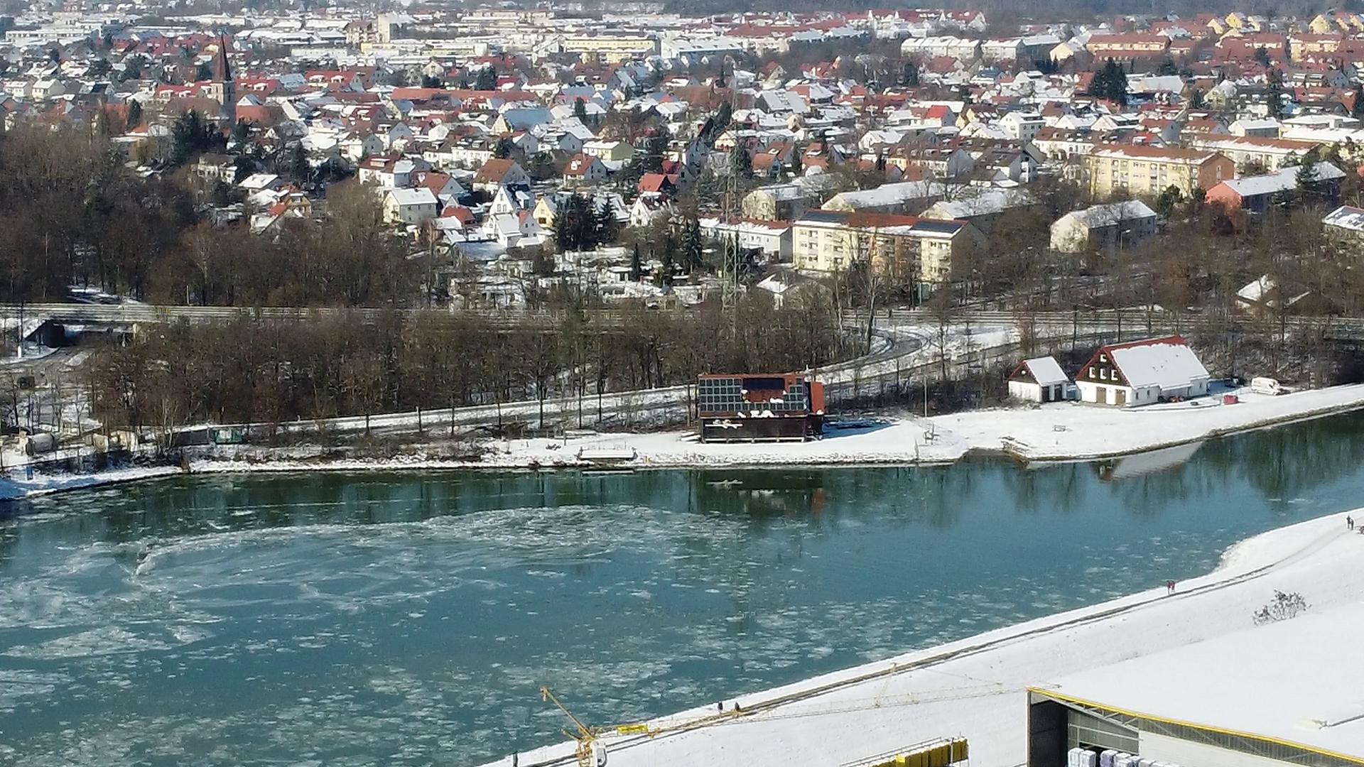 Luftaufnahme des Wendebeckens am Hafen Erlangen mit Bootshaus der Erlanger Wanderrudergesellschaft. Auf dem Kanal treiben Eisschollen